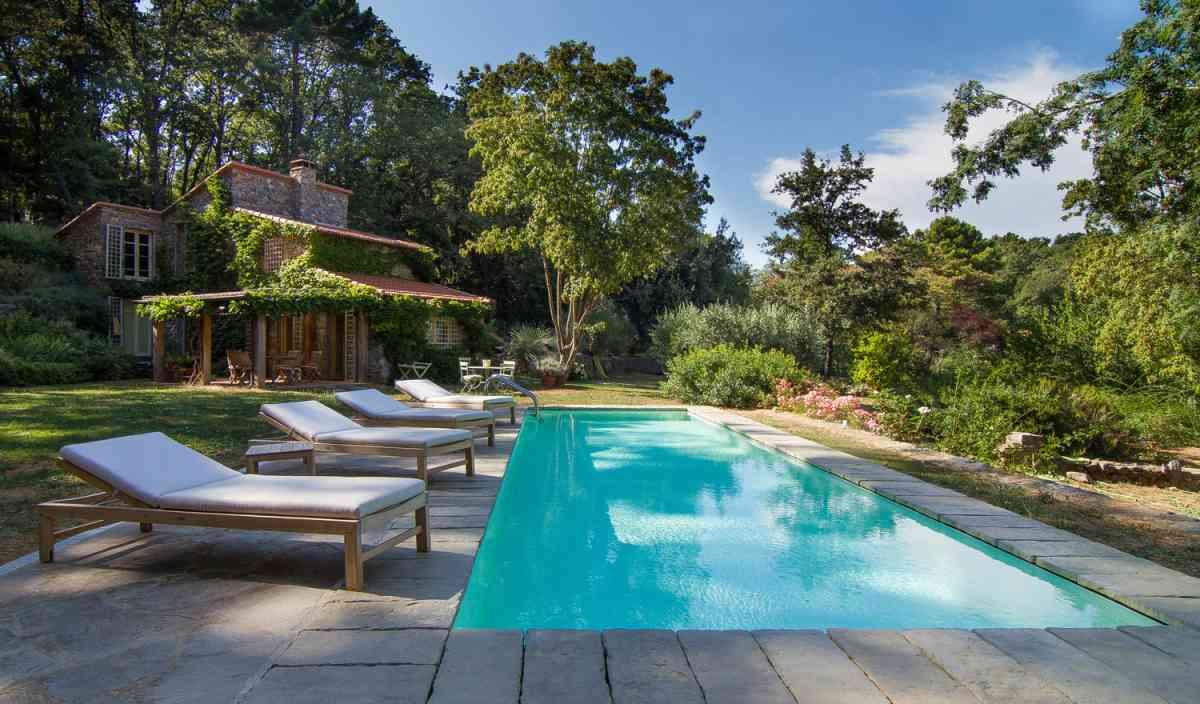 i 7 vantaggi delle piscine a sfioro rispetto alle piscine. Black Bedroom Furniture Sets. Home Design Ideas