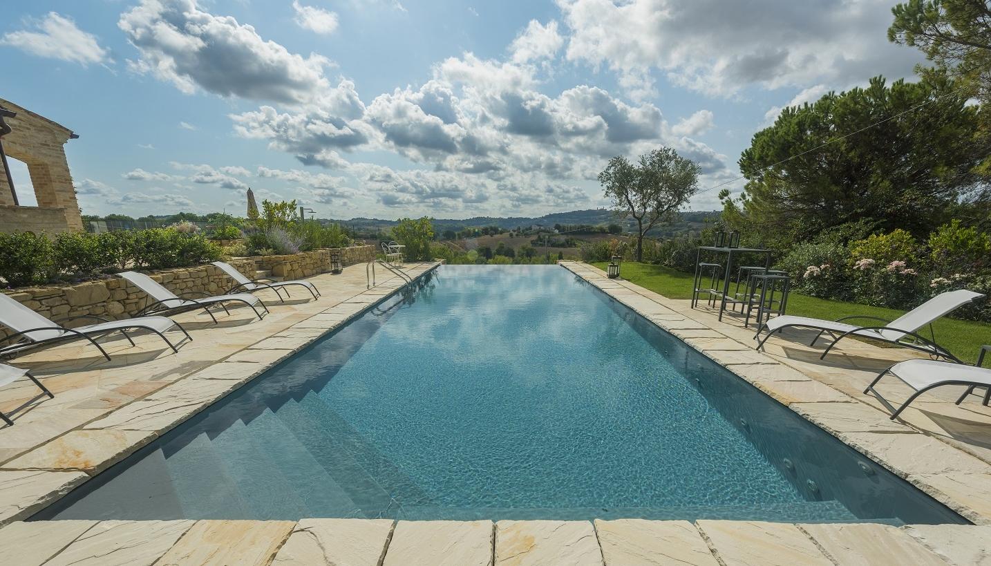Piscina a sfioro sottobordo e sfioro infinity che meraviglia professione piscina - Quanto costa mantenere una piscina fuori terra ...