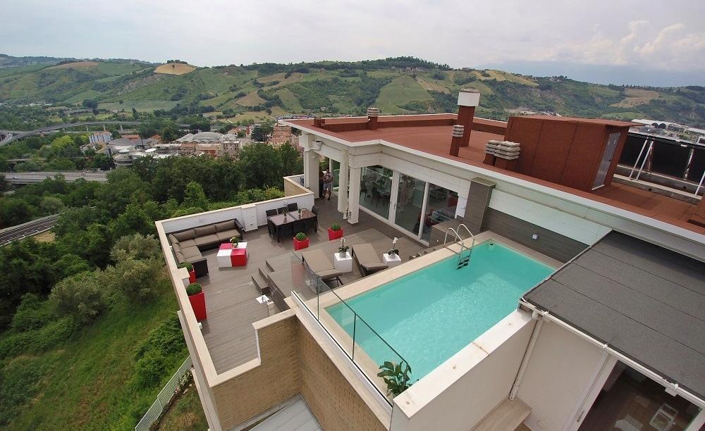 https://www.professionepiscina.com/sites/default/files/blog/piscina-su-terrazzo.jpg