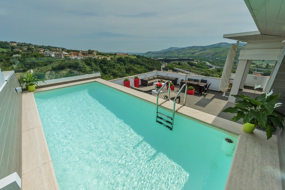 https://www.professionepiscina.com/sites/default/files/costruire-piscina-su-terrazzo.jpg
