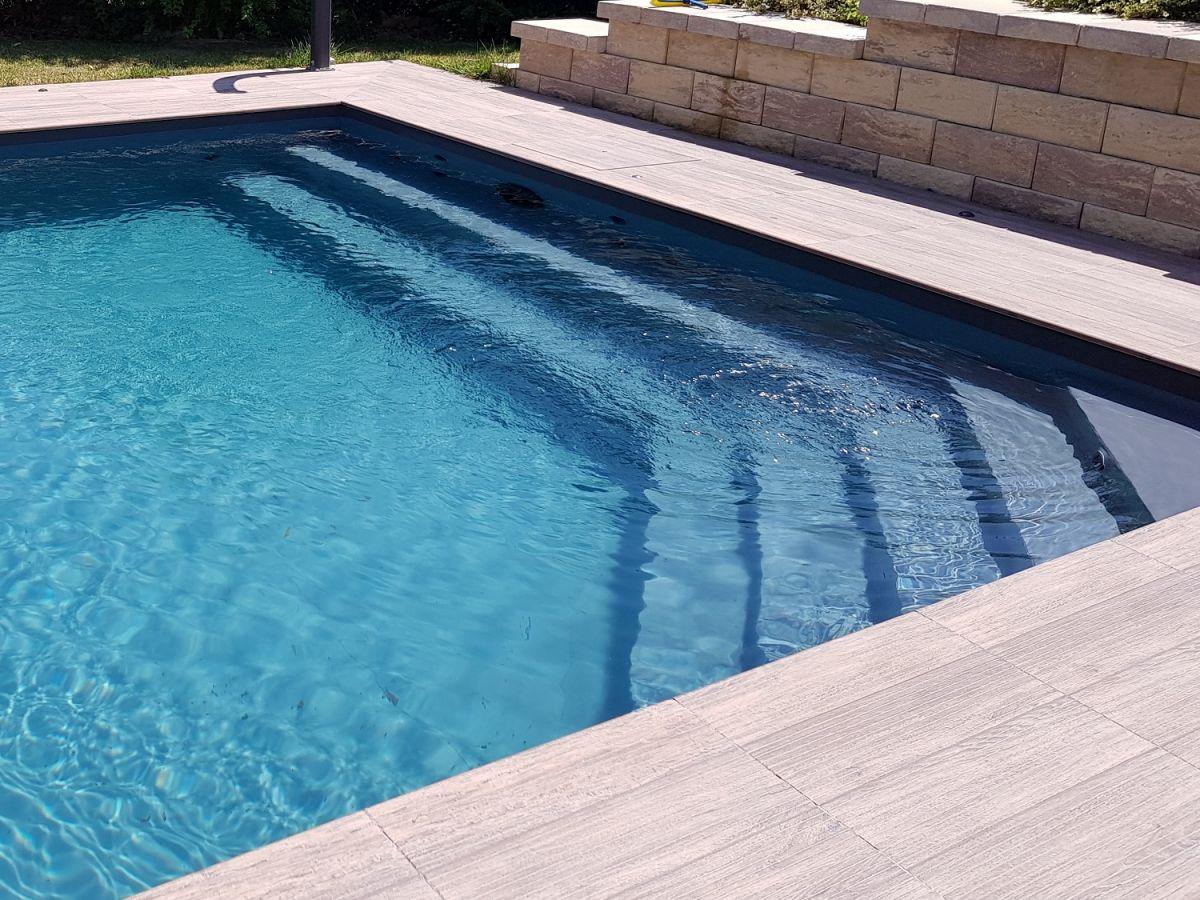 Rivestimento piscina in pvc tipologie e colori for Piscina fondo nero