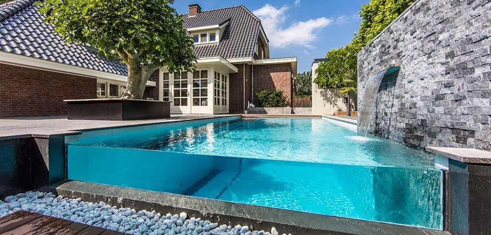 piscina di lusso in vetro o acrilico