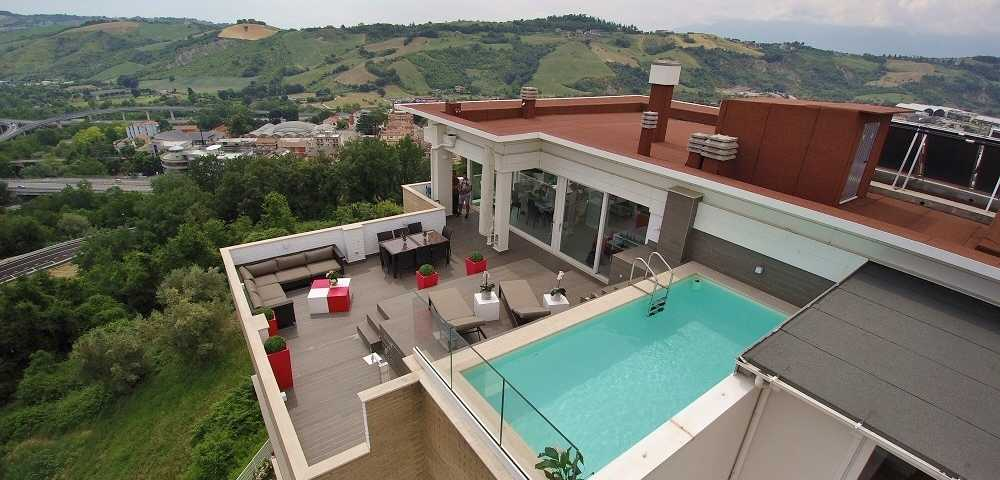 https://www.professionepiscina.com/sites/default/files/styles/blog_-_copertina/public/blog/piscina-su-terrazzo.jpg?itok=7MdpNxZe