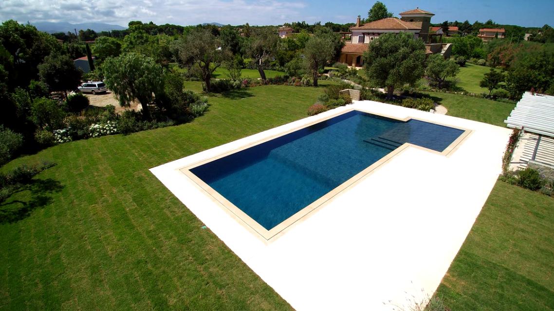 drone piscina sfioro a fessura