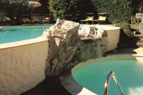 cascata piscina con rocce