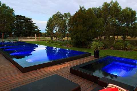 piscina sfioro a cascata