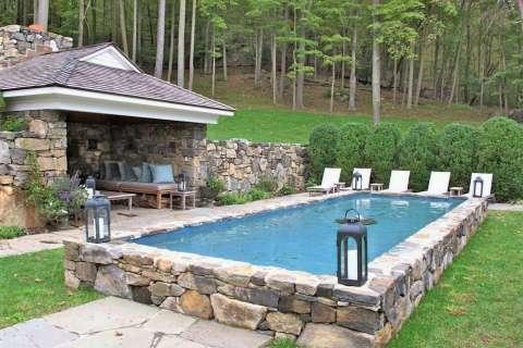 piscina seminterrata rivestimento in pietra