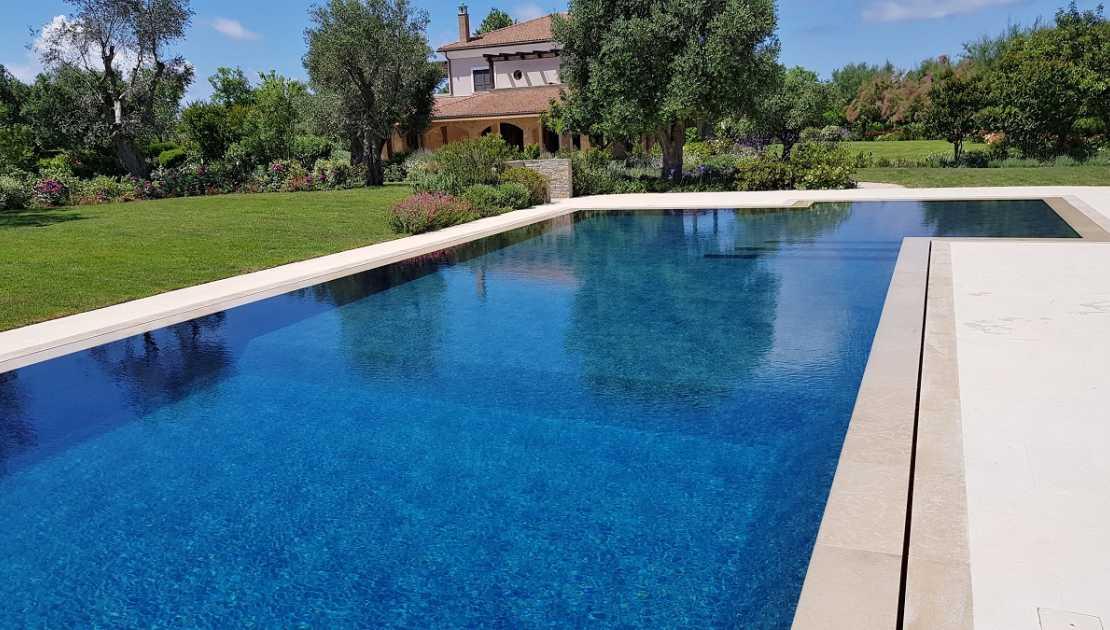 piscina sfioro a fessura