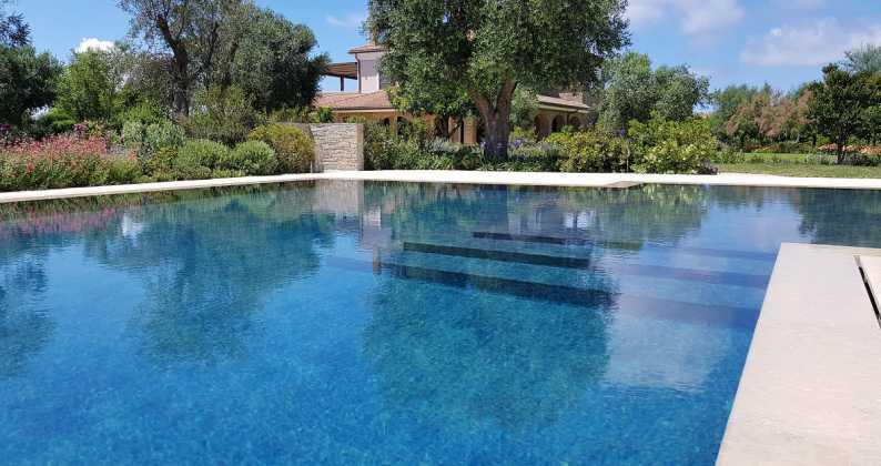 piscina con sfioro a fessura salerno