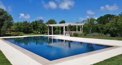 piscina con sfioro a fessura